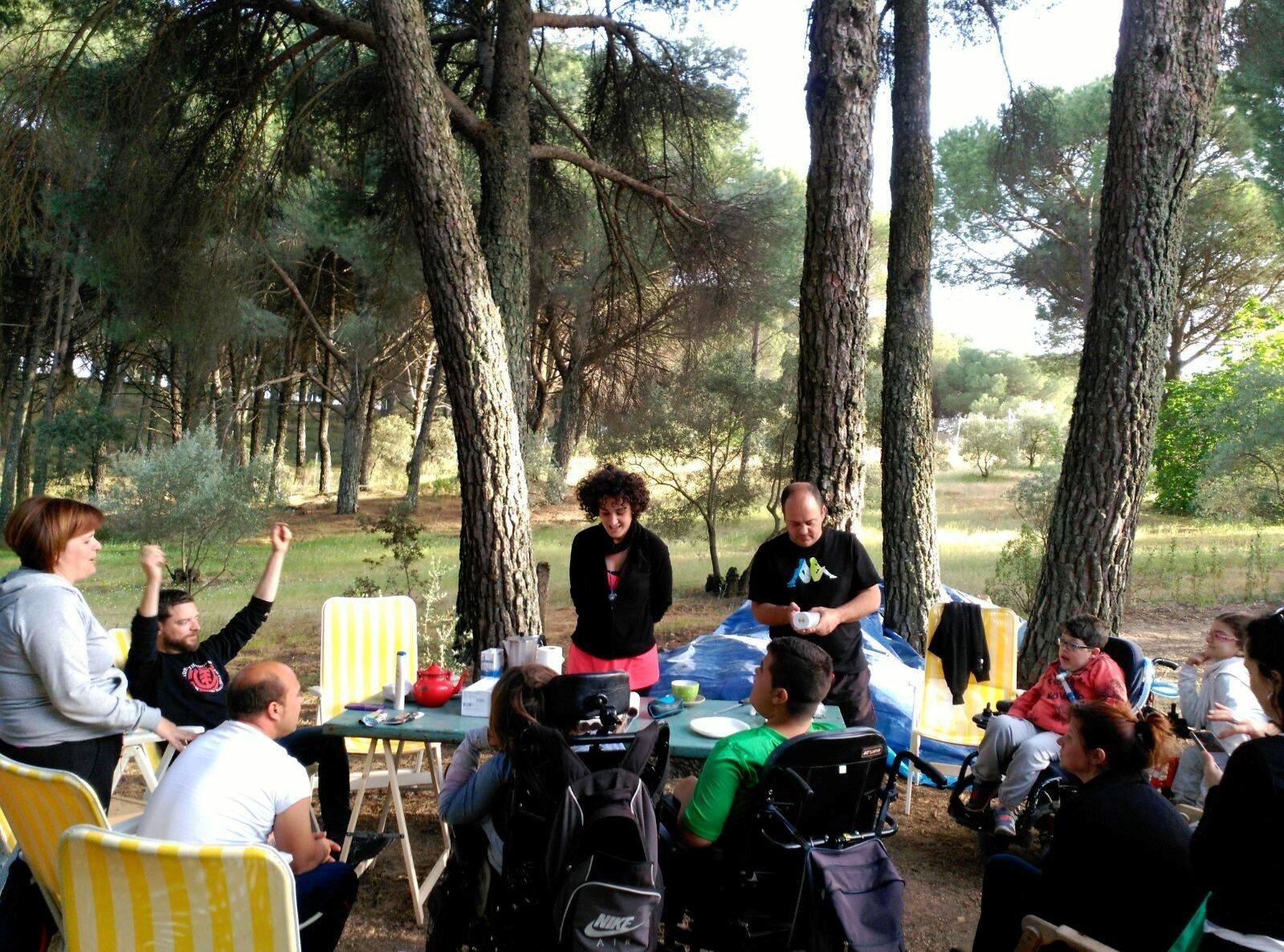 Los Atómicos en una comida de equipo en el campo